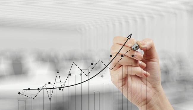 Mão com caneta desenhando estratégia de crescimento em marketing médico