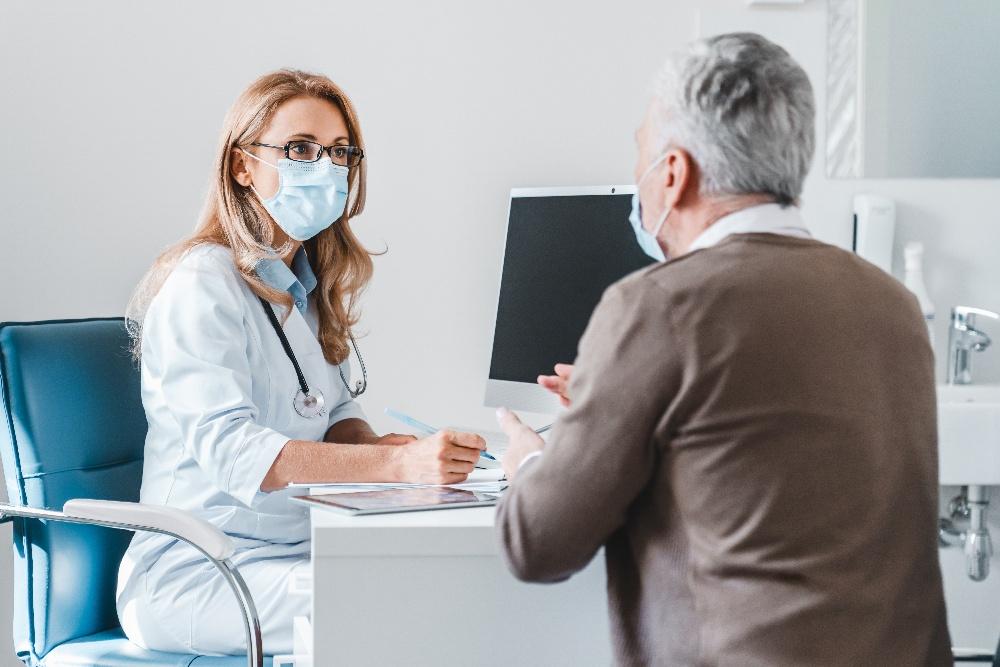 mujer-medico-consulta-paciente-mascarillas